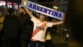 Aficionados de River celebran la victoria en la Libertadores.