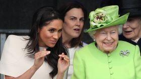 La reina de Inglaterra, Meghan Markle y Samantha Cohen, entre las dos.