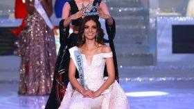 La mexicana Vanessa Ponce de León recibiendo la corona.