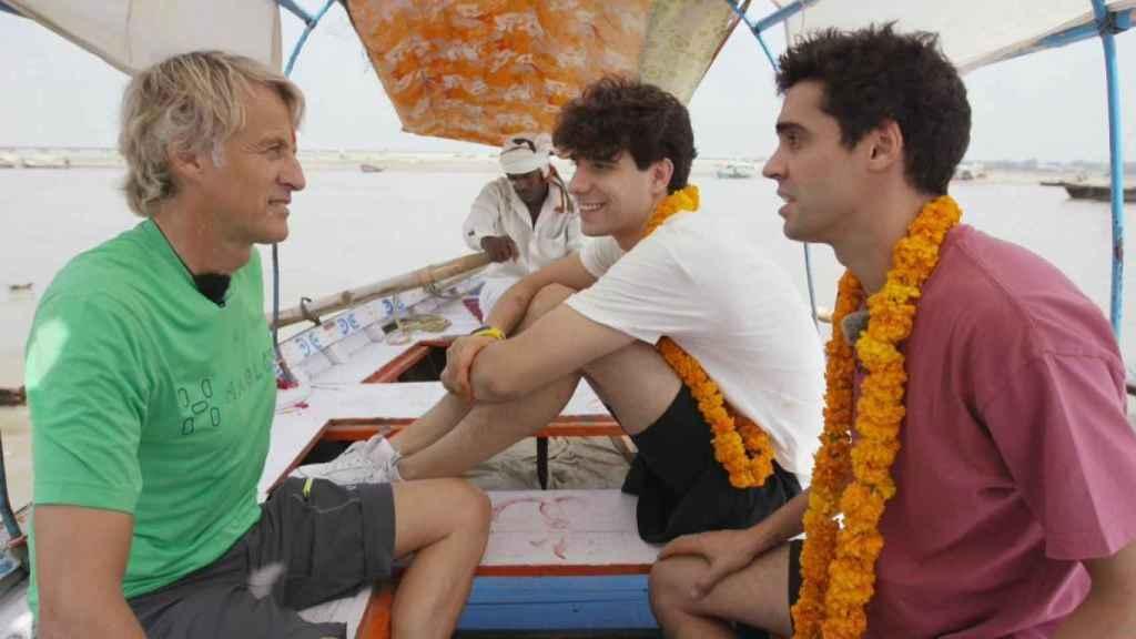 Jesús Calleja, Javier Ambrossi y Javier Calvo en India.