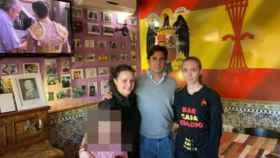 Francisco Rivera con trabajadoras de Casa Eladio, el bar franquista de Ávila