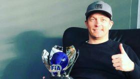 Kimi Raikkonen posa con su trofeo de la FIA. Foto: Instagram (@kimimatiasraikkonen)