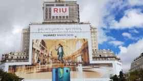 Una gigantesca publicidad de Huawei envuelve el emblemático Edificio España de Madrid.