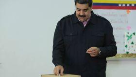 Nicolás Maduro acude a votar