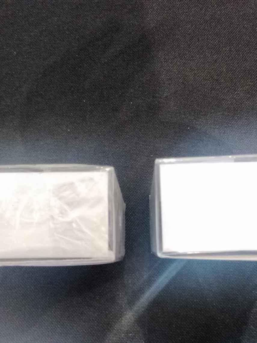 En el producto de la derecha se nota cómo el envoltorio no va pegado; en el de la izquierda, cómo está completamente pegado.