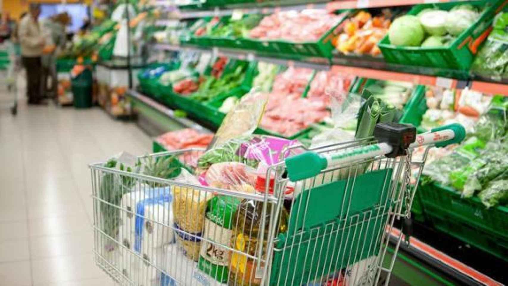 Un carro de Mercadona cargadito de productos en uno de sus supermercados.