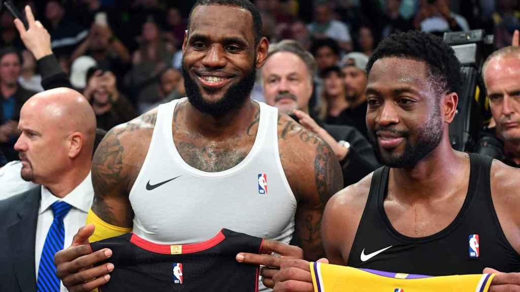 LeBron James y Wade en el encuentro entre Los Ángeles Lakers y Miami Heat