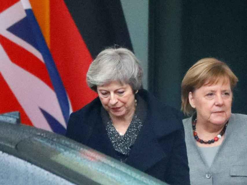 May se ha quedado atrapada unos segundos en su coche cuando iba a visitar a Merkel