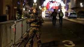 Un policía cerca del mercadillo navideño donde ha tenido lugar el tiroteo.