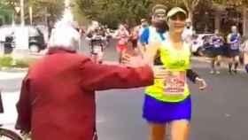 La historia tras el vídeo viral de la abuela del maratón