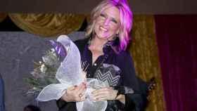 Lydia Lozano recibe un ramo de flores en su 58 cumpleaños