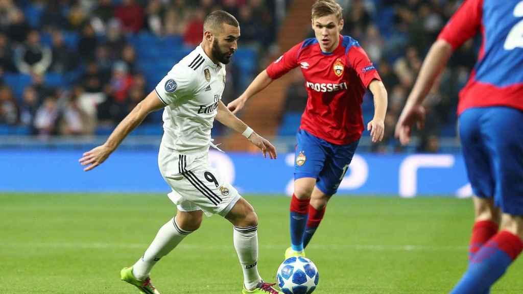 Karim Benzema pelea un balón con el defensa islandés del CSKA de Moscú Arnor Sigurdsson