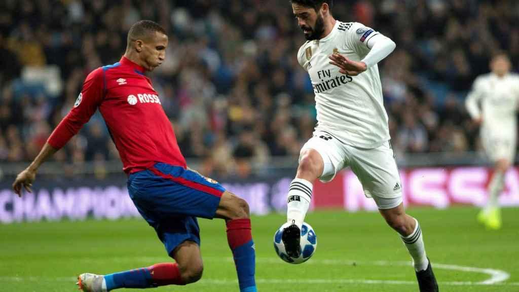 Isco Alarcón pelea un balón con el defensa brasileño del CSKA de Moscú, Rodrigo Becao