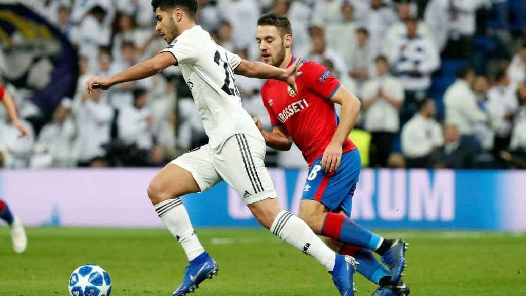 Nikola Vlasic y el centrocampista del Real Madrid Marco Asensio
