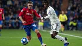 El defensa ruso del CSKA de Moscú Kirill Nababkin intenta robar un balón a Vinicius