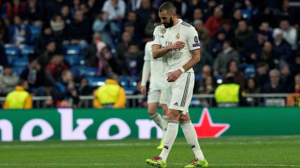 Karim Benzema se lamenta tras el gol del defensa del CSKA de Moscú Georgi Schennikov