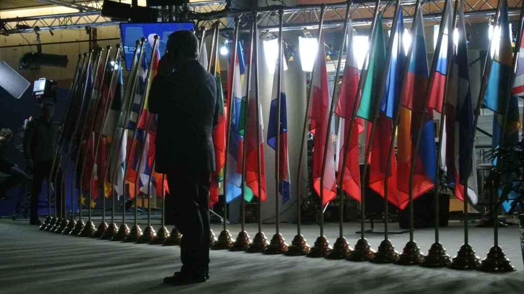Tajani trata de informarse por teléfono, junto a las puertas del hemiciclo del Parlamento Europeo en Estrasburgo.