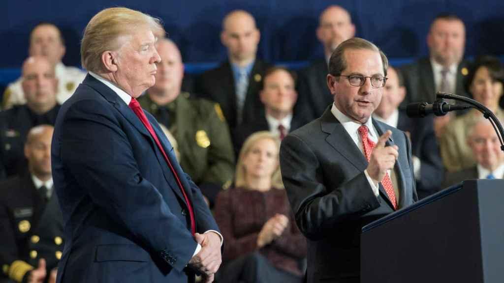 Alex Azar, actual Secretario de Salud y Servicios Humanos, junto a Donald Trump