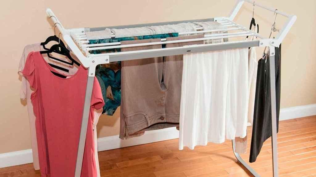 Un tendedero cargadito de ropa mojada.