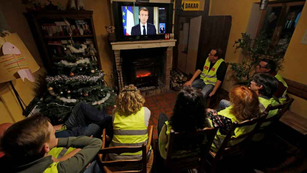 Chalecos amarillos viendo el discurso del presidente Macron