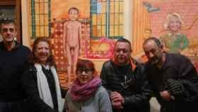 Concejales de Navalcarnero posan con las obras satíricas de los ciudadanos.