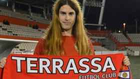 Valentina Berr posa con la bufanda del FC Tarrasa. Foto: tarrassafc.com