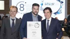 El ministro de Ciencia, Innovación y Universidades, Pedro Duque (izquierda) y el presidente de Sacyr, Manuel Manrique (derecha) junto con el galardonado.