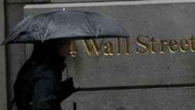 Un ciudadano pasea por Wall Street, sede de la Bolsa de Nueva York.