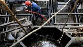 Un trabajador en una plataforma de extracción de petróleo.
