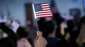 Un ciudadano sostiene una bandera de EEUU.