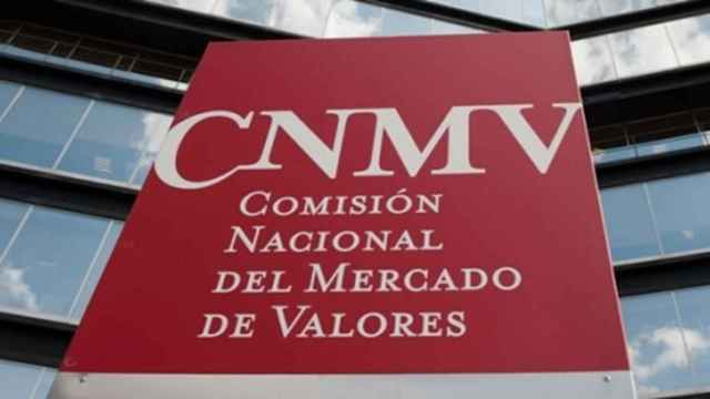 Rótulo a la entrada de la sede de la CNMV en Madrid.
