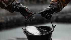 Operarios trabajando en una plataforma petrolífera.