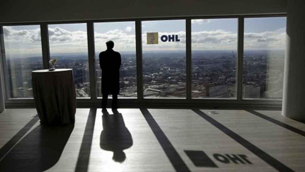 Logotipo de OHL en la cristalera de una de sus oficinas.