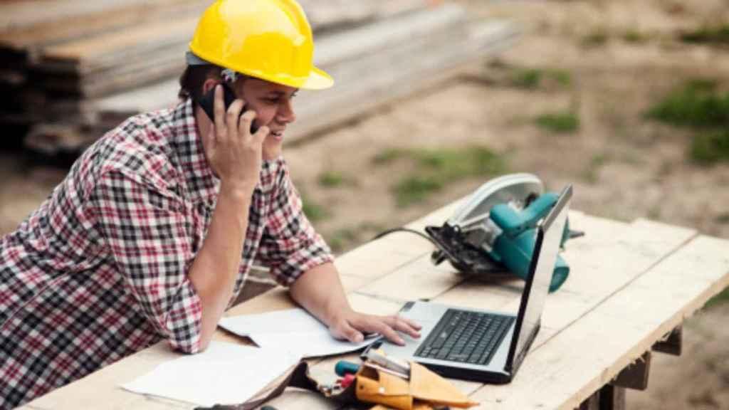 Imagen de archivo de un trabajador autónomo en el quehacer de sus funciones.