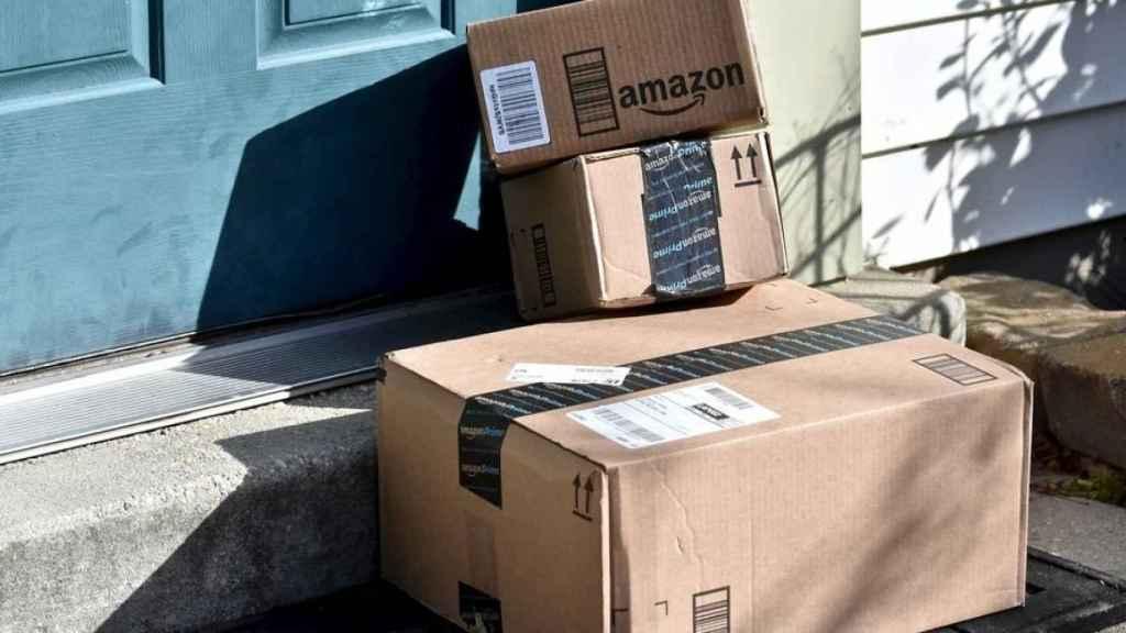 Varios paquetes de Amazon en una imagen de archivo.