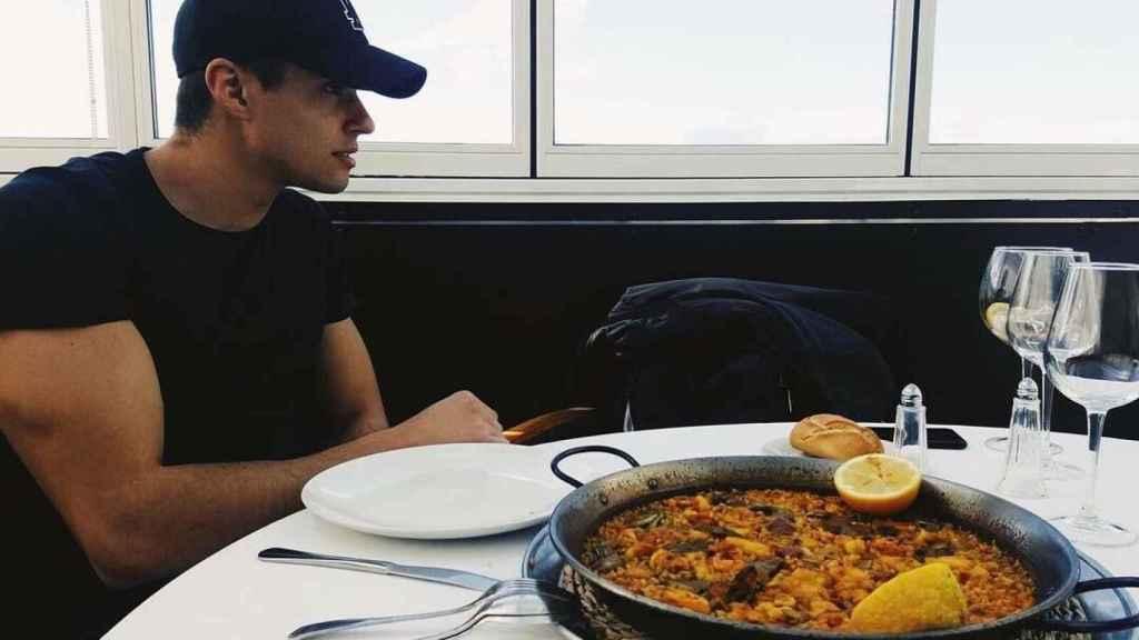 Javier Tudela, con gorra y a punto de disfrutar de una paella.