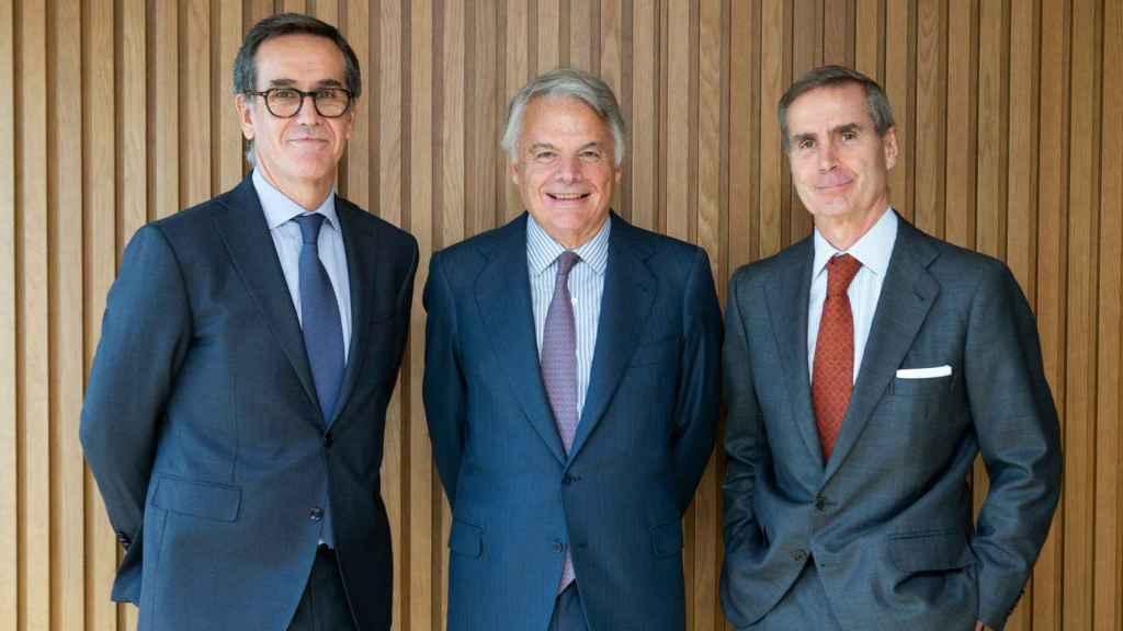 Alfonso Gil, consejero delegado de Alantra Wealth Management, Ignacio Garralda, presidente del Grupo Mutua, y Santiago Eguidazu, presidente de Alantra.