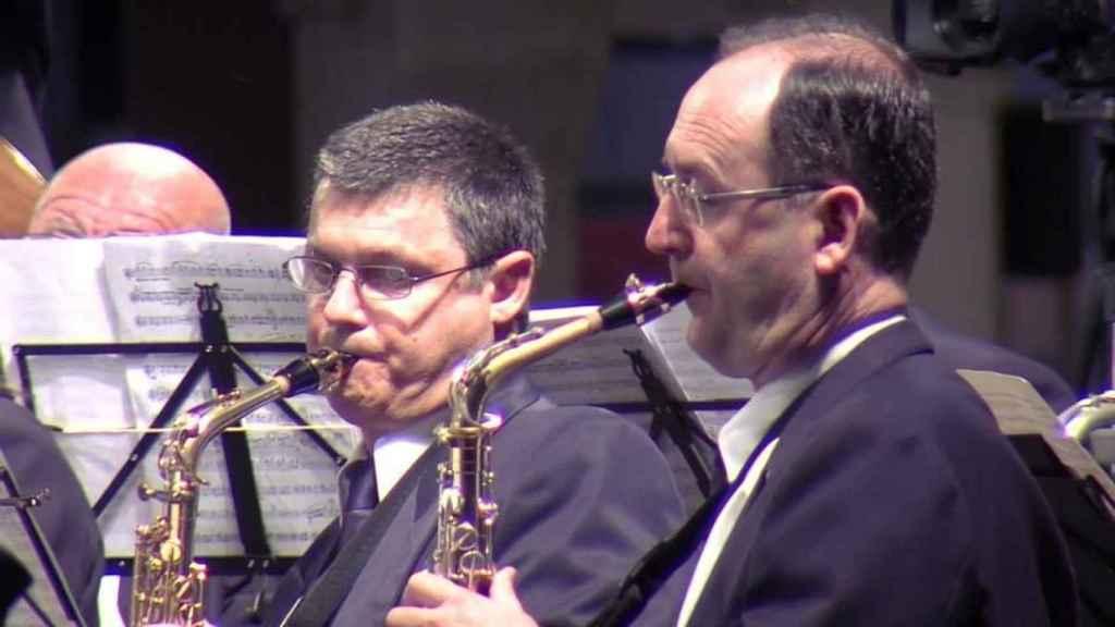 A la derecha, César tocando el saxofón en su grupo musical 'El Trabajo' en Jijona.
