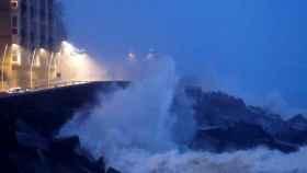 El Paseo Nuevo de San Sebastián permanece cerrado por temporal olas.