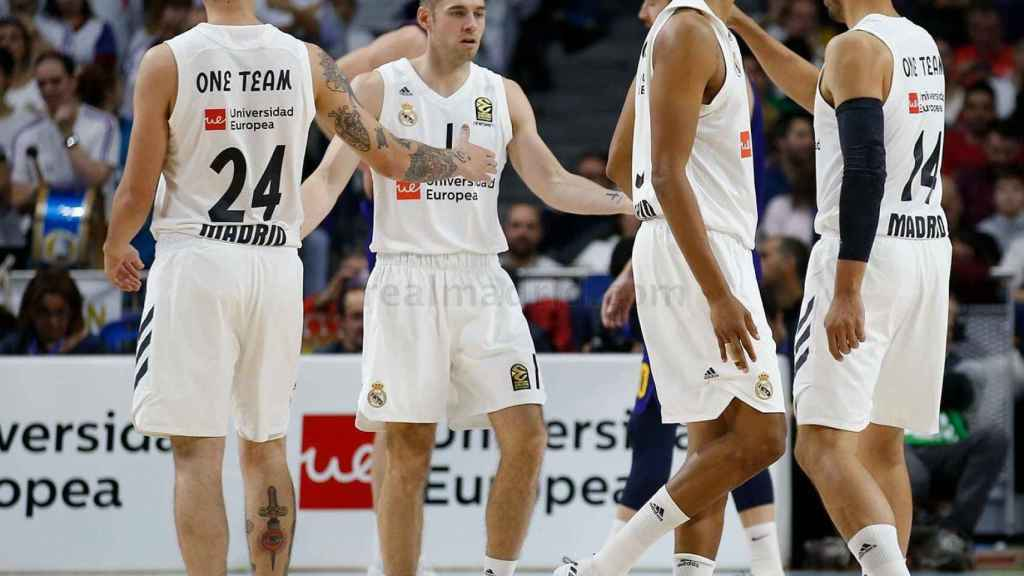 Los jugadores del Real Madrid se dan ánimos en una gran acción de Causeur