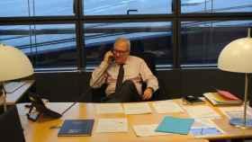 Ramón Luis Valcárcel, vicepresidente del Parlamento Europeo, negociando una posición de voto en su despacho.