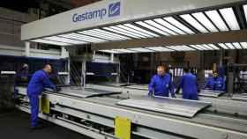 Operarios en una cadena de producción de Gestamp.