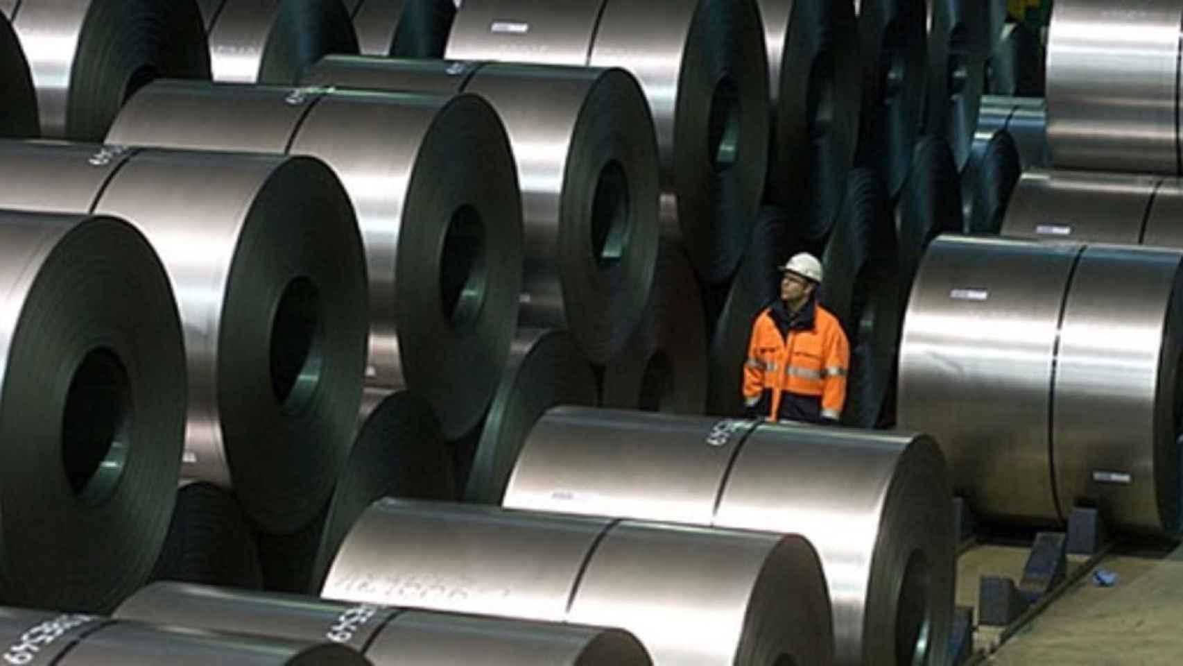 Un trabajador de Acerinox entre bobinas de acero.