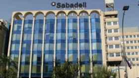 Banco Sabadell gana 120,6 millones, un 67% menos, tras sanear su inmobiliario