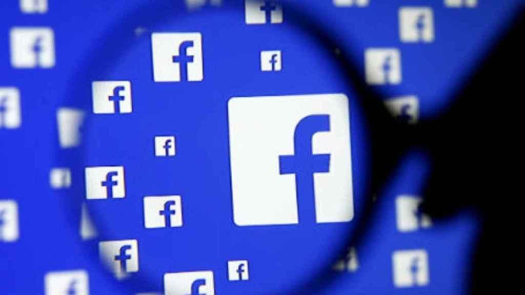 Logotipos de Facebook en una pantalla.