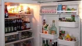 Una nevera llena de alimentos y bebidas.