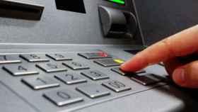 La red de cajeros casi duplica la de oficinas bancarias por primera vez en la historia
