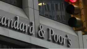 S&P sitúa a Argentina en revisión especial negativa por riesgos del ajuste