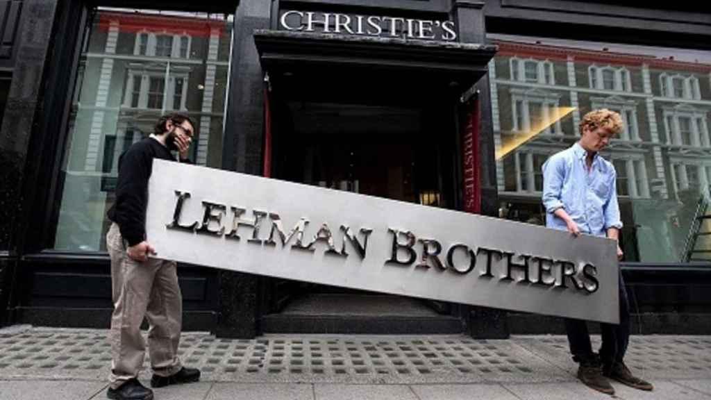 Unos exempleados de Lehman Brothers tras su quiebra en 2008.