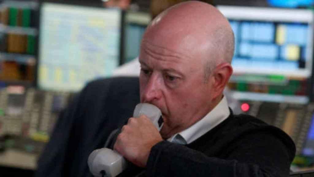 Un bróker con gesto de preocupación.